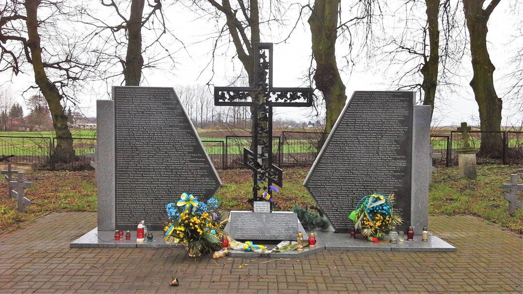 Меморіал українцям, які були замордовані в Сагрині, на православному цвинтарі, відкриття якого президентами України та Польщі затягується з 2009 року