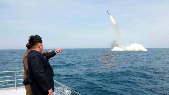 Лідер КНДР Кім Чен Ин спостерігає за запуском ракети