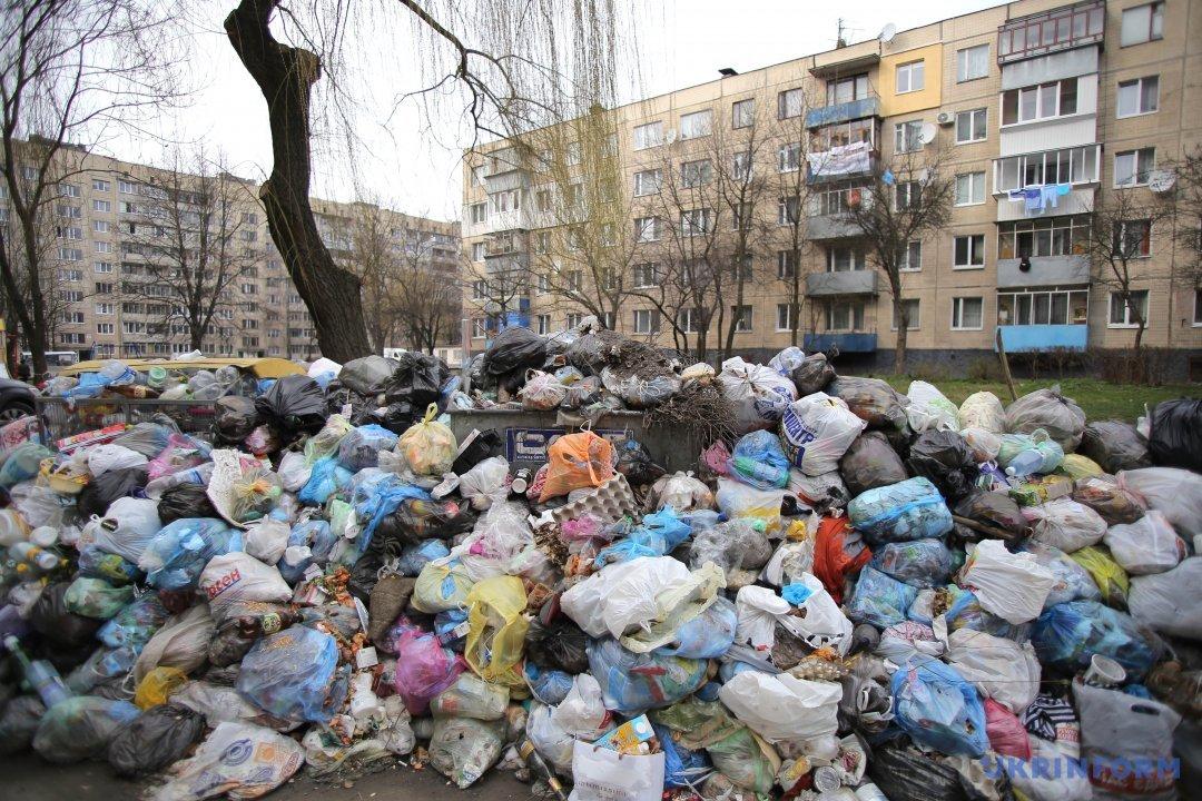 Переповнені сміттєві контейнери у Львові