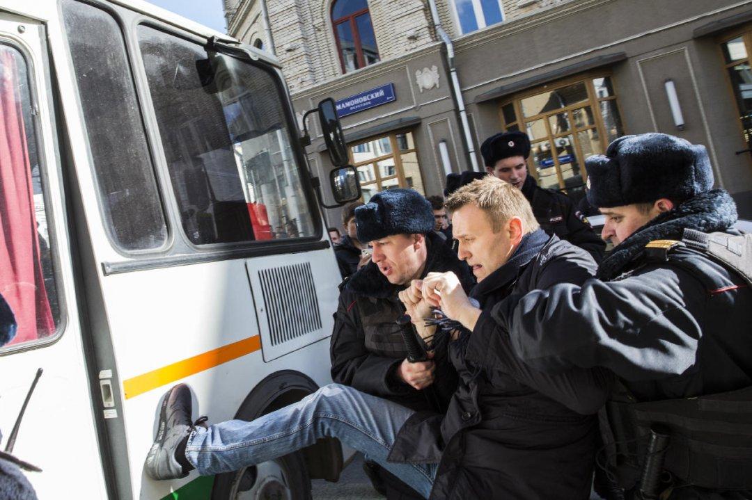 Співробітники поліції затримують опозиційного політика Олексія Навального після мітингу в Москві, 26 березня 2017 року