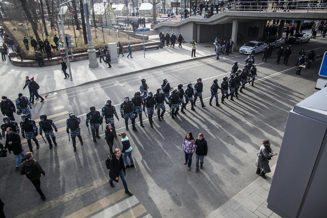 Полиция оттеснила участников митинга с Пушкинской площади на Страстной бульвар. Фото: Влад Докшин/ Новая газета