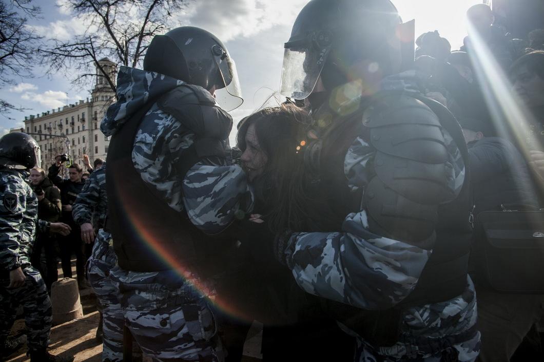 Полиция задерживает одну из участниц митинга. Фото: Влад Докшин / Новая газета