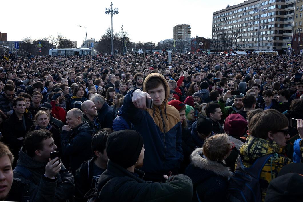 Сбор участников несогласованного митинга на Пушкинской площади. Фото: Виктория Одиссонова / Новая газета