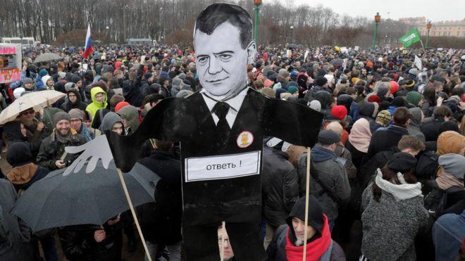 Санкт-Петербург. Несущие этот плакат хотят, чтобы премьер-министр Дмитрий Медведев ответил на обвинения Алексея Навального. Фото: АР.