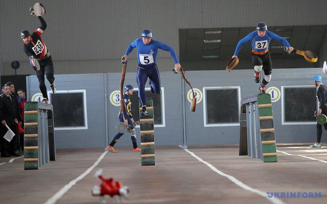 Учасники чемпіонату України з пожежно-прикладного спорту серед дорослих та юнаків під час проходження естафети