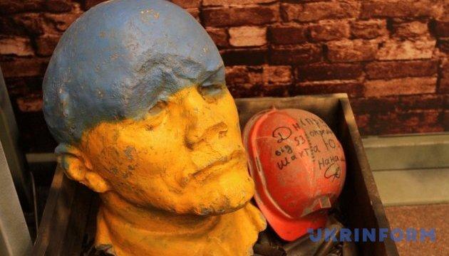 Правильная подрастает молодёжь: Российские школьники битами разбили идола Ленина