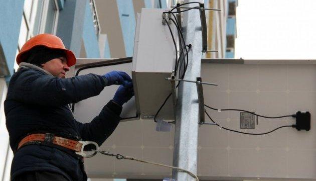 У Києві встановили перші вуличні ліхтарі з сонячними батареями