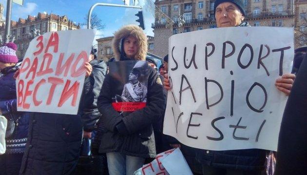 Під Нацрадою одночасно два мітинги: за і проти закриття