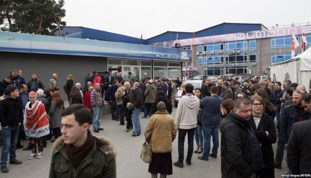 У Тбілісі тривають протести на захист телеканалу