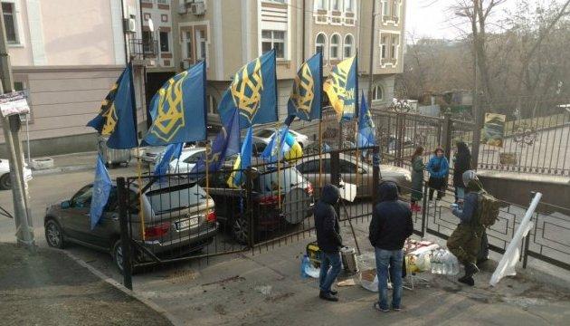 Соломенский суд: активисты принесли Насирову вещи для СИЗО