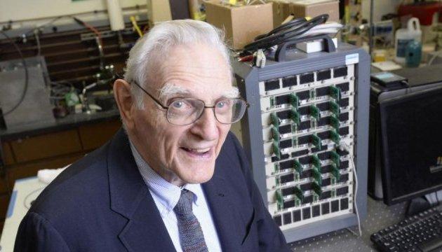 Изобретатель литий-ионных батарей создал супермощные стеклянные аккумуляторы
