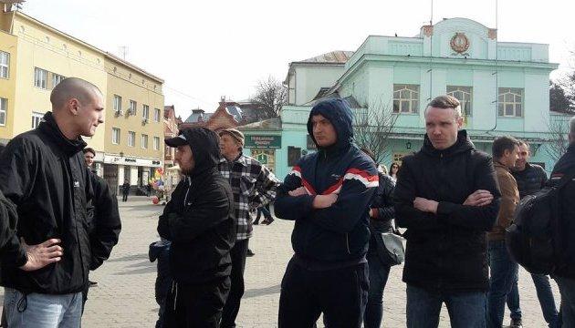В Ужгороде женщинам сорвали митинг: нападавшие украли плакаты и убежали