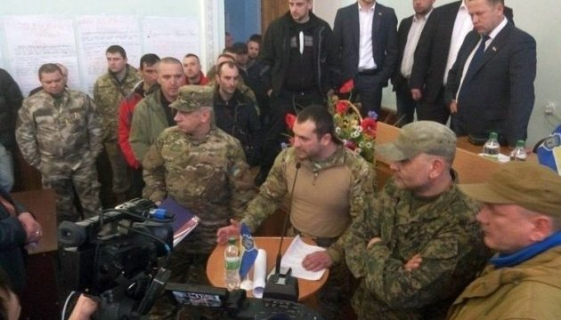 У Житомирі люди у військовій формі заблокували сесію міськради