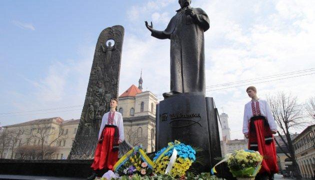 Во Львове возле памятника Шевченко читали стихи и запускали воздушные шарики