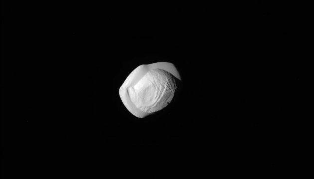 NASA показало спутник Сатурна, похожий на пельмень