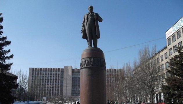 В оккупированном Донецке украинские патриоты принесли к памятнику Шевченко цветы и желто-голубую ленточку