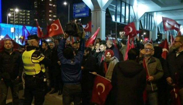 Полиция Роттердама применила силу против митингующих турок