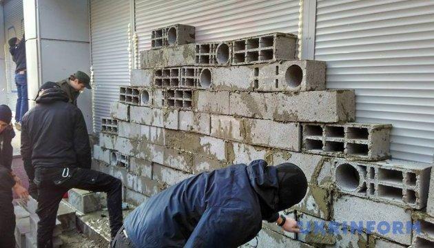 Поліція з'ясовує, хто замурував київський «Сбербанк»