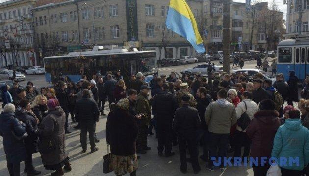 Активисты перекрыли центр Винницы: заставляют депутатов собраться вне очереди