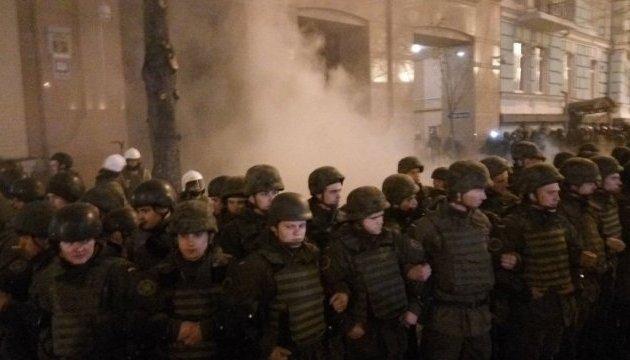 Київський офіс Ахметова закидали камінням і петардами