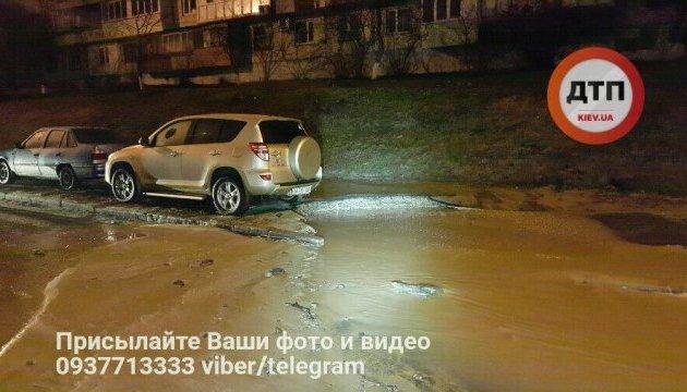 Частину столичної Борщагівки затопило холодною водою
