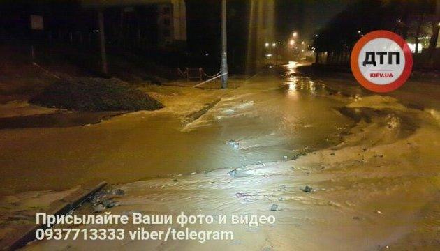 Порив водопроводу на столичній Борщагівці локалізували, обмеження руху немає