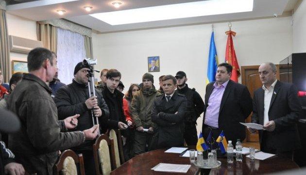 """В Житомире к главе ОГА пришли с шинами для """"разговора"""" о блокаде"""