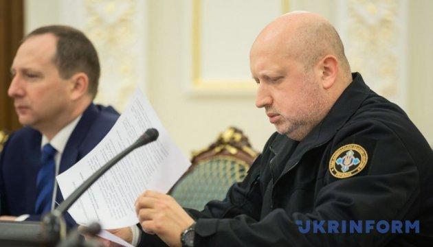Желающих помочь блокаде Турчинов призвал идти на контракт в армию или полицию