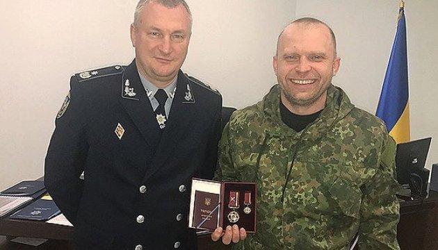 Порошенко нагородив поліцейського, який брав участь у сутичці з Парасюком