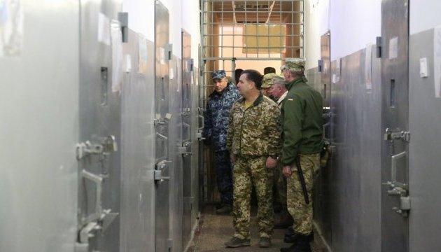 Полторак в Одесі перевірив умови утримання військових на гауптвахті