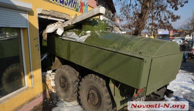 У Миколаєві військовий бензовоз врізався в зоомагазин, є жертви