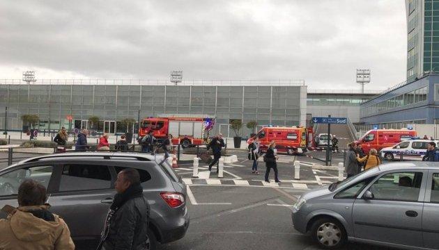У паризькому аеропорту відкрили стрілянину і взяли заручників, йде евакуація