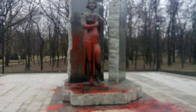 Поліція шукає вандалів, які облили фарбою пам'ятник Олені Телізі