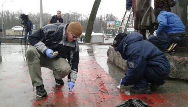 Із пам'ятника Олені Телізі змили розлиту вандалами фарбу