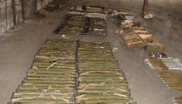 Під Запоріжжям у заводському ангарі знайшли великий арсенал зброї