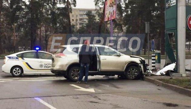 У Києві автомобіль з дітьми врізався у АЗС