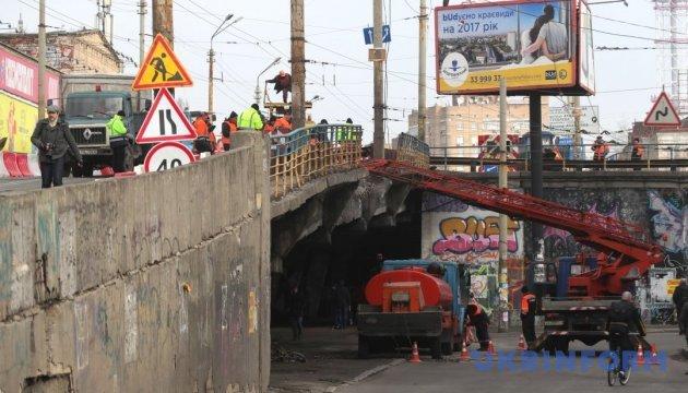 Коммунальщики залатали яму на Шулявском мосту, из которой торчала арматура