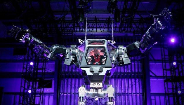 Глава Amazon испытал гигантского робота из
