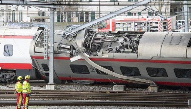 У Швейцарії зійшов з рейок вагон потяга, є постраждалі