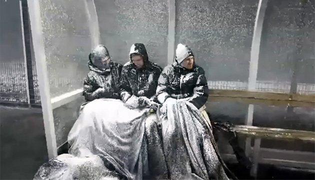 Игроков чемпионата Исландии по футболу замело снегом