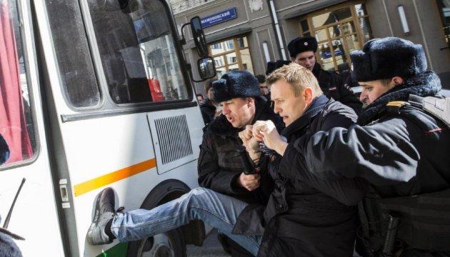 Навального оставили ночевать в полиции, завтра - суд