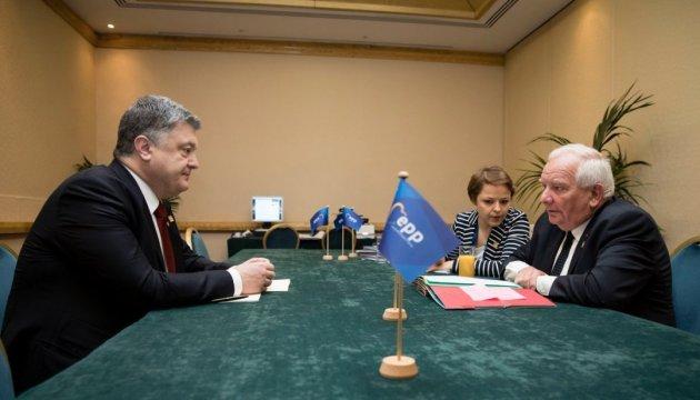 Poroshenko coordina con el presidente del PPE el reforzamiento de la presión internacional sobre Rusia