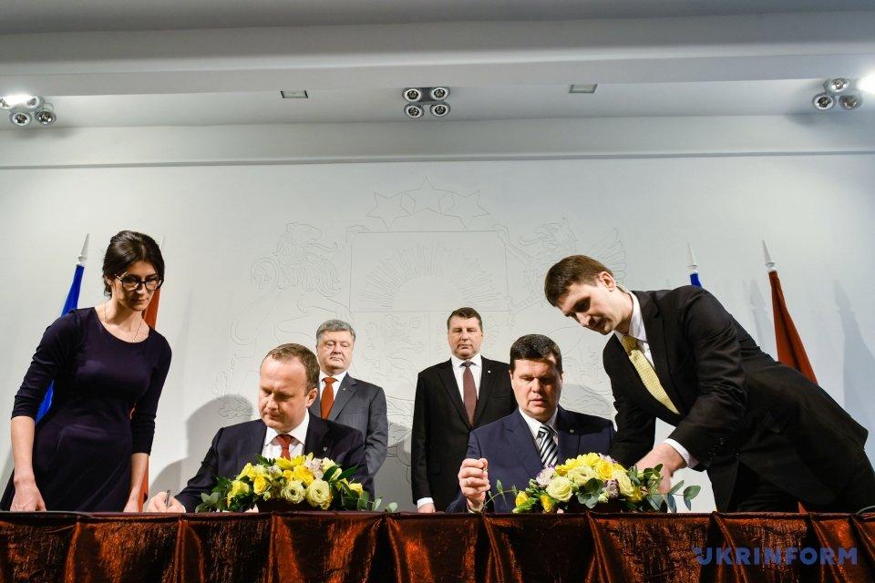 Остап Семерак (другий ліворуч) Каспарс Герхардс. Фото: Микола Лазоренко