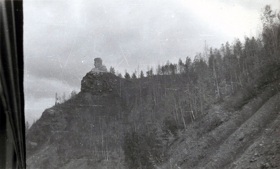 Скульптура Сталіна, справжнього «царя тайги» – неосяжної території ГУЛАГу.  (Авторське фото з вікна потяга.  Літо 1953 року).