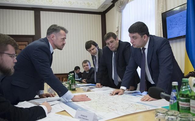 Глава Укравтодору Славомір Новак і прем'єр-міністр України Володимир Гройсман