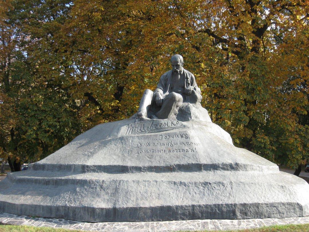 Пам'ятник у м.Ромни (1918 рік) - перший в історії повнофігурний пам'ятник Тарасові Шевченку