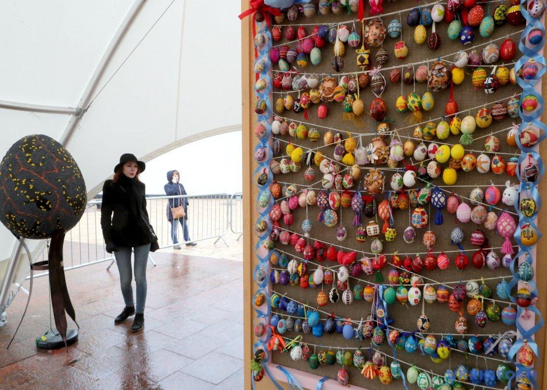 Писанки, представлені на Софійській площі у рамках VII Всеукраїнського фестивалю писанок-2017, Київ, 8 квітня 2017 року. Фото: Павло Багмут