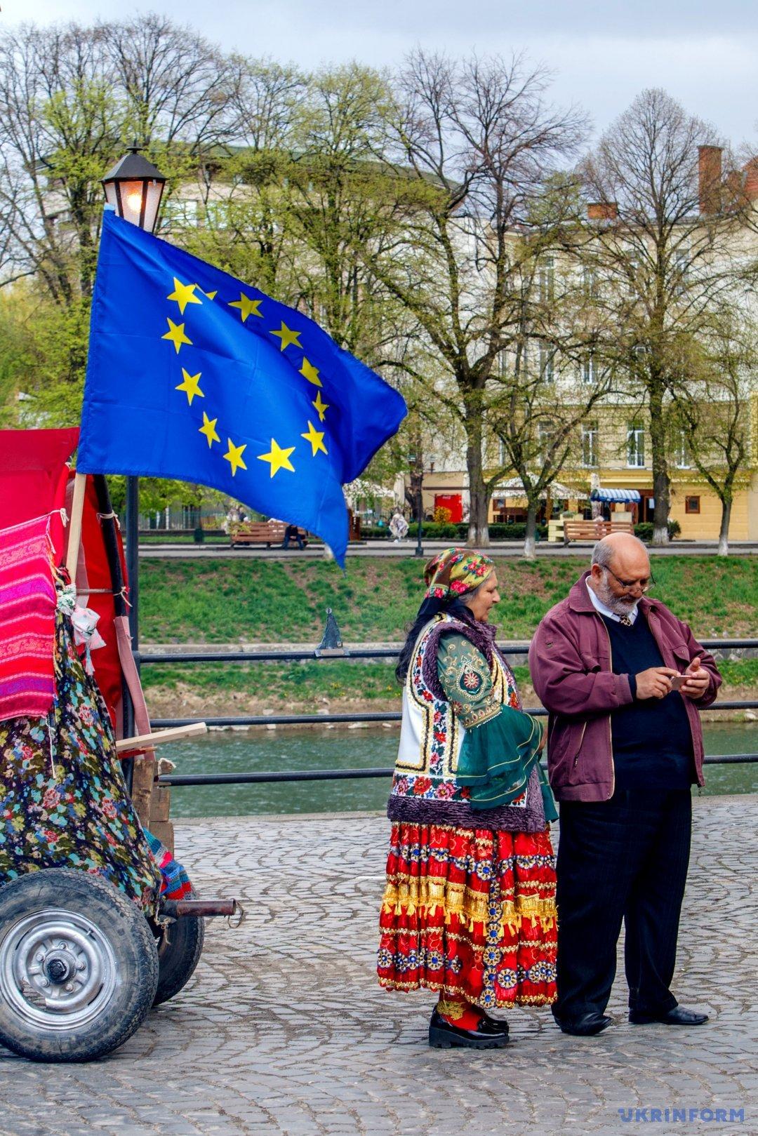 Представники ромської громади біля підводи з прапором Європи під час урочистостей з нагоди Міжнародного дня ромів, Ужгород, 8 квітня 2017 року.  Фото: Сергій Гудак