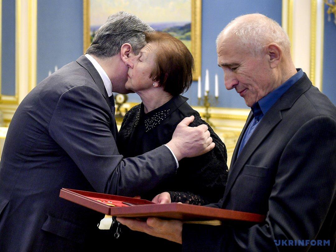 Президент України Петро Порошенко (ліворуч) вручає