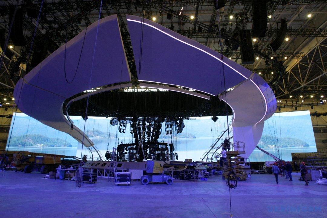 Процес будівництва головної сцени Міжнародного пісенного конкурсу